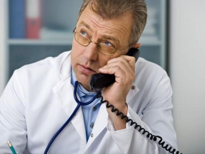 Médico ao Telefone